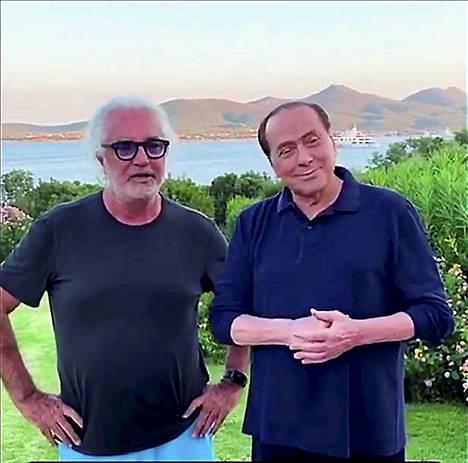 Flavio Briatore, 70, poseerasi ystävänsä Silvio Berlusconin, 83, kanssa elokuussa Sardinian Porto Cervossa.