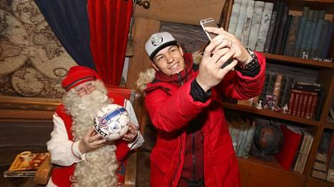 Moshtagh Yaghoubi on aktiivinen sosiaalisessa mediassa. Talvella hän nappasi selfien joulupukin kanssa.