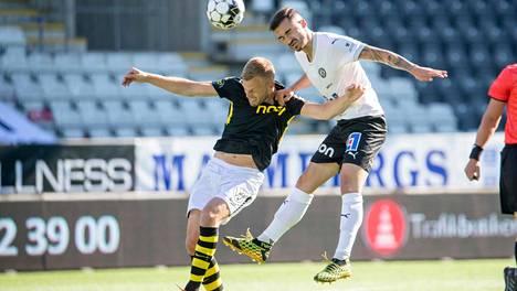 Kuva AIK:n ja Örebron ottelusta 14. kesäkuuta, vastakkain AIK:n Karol Mets (vas.) ja Örebron Simon Amin.