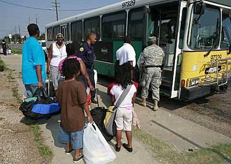 New Orleansin asukkaita evakuoidaan muun muassa busseilla pois kaupungista. Gustav-hurrikaanin pelätään olevan tuhoisampi kuin kolmen vuoden takainen Katrina.