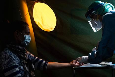 Potilas koronavirustestissä Tukholmassa.