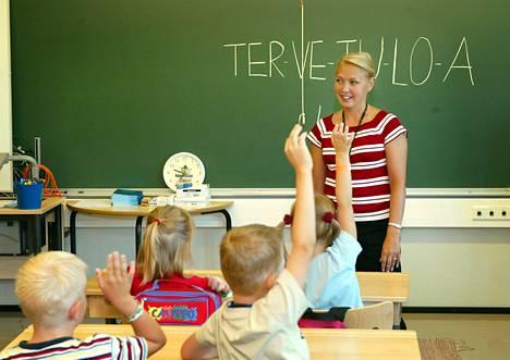 Pienokaiset saattavat ihmetellä vanhanaikaisia opetustyökaluja.