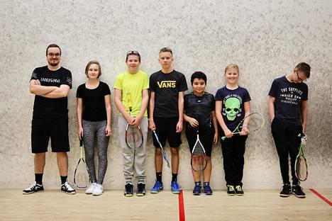 MyyrSquashin nuoret pallonlyöjät rivissä. Vasemmalta valmentaja Luukas Raatikainen, Amanda Nyman, Jesse Konttinen, Nico Keränen, Omar Amer, Kasper Bäckström ja Niko Karttunen.