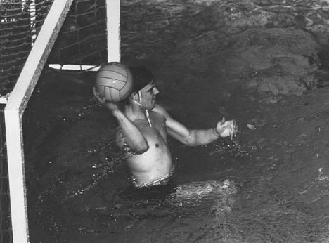 Vesa-Matti Loiri voitti vesipallossa kolme Suomen mestaruutta.
