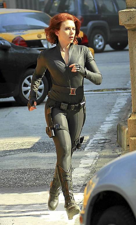 Johansson kirmaa elokuvan kuvauspaikalla.