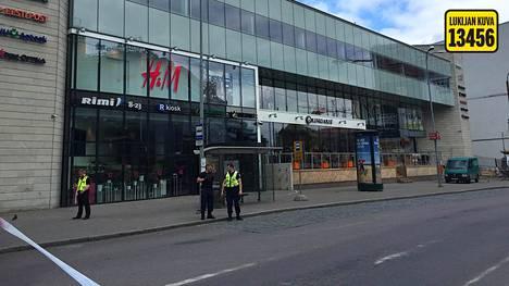 Viron poliisi vahvistaa Ilta-Sanomille, että Viru-hotellin lähellä sijaitseva kauppakakeskus tyhjennettiin pommiuhkauksen vuoksi torstaina puolenpäivän aikaan. Lukijan kuva.