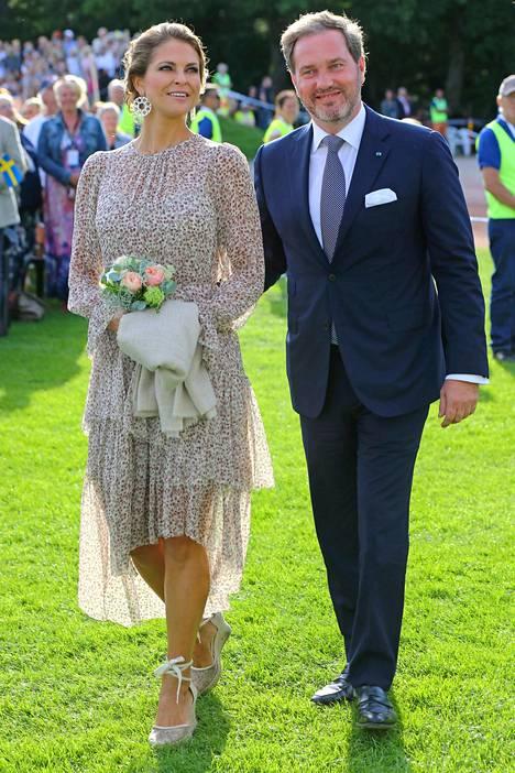 Madeleinella oli siskon syntymäpäivän päiväkonsertissa yllään australialaisesta Zimmermann-vaatekaupasta ostettu ohut mekko. Mekkoa ei enää löydy kaupan sivuilta, mutta muut samantyyppiset mekot maksavat verkkokaupassa noin 2000 australian dollaria.