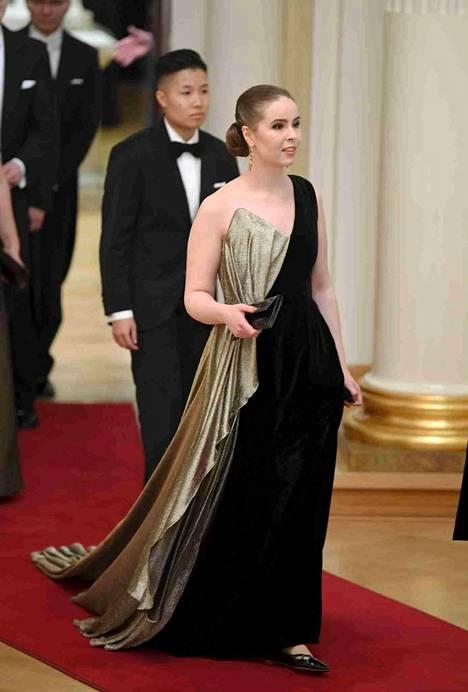 Allianssi ry:n puheenjohtaja Elisa Gebgard näyttävässä laahuksessaan. Kantaaottavan puvun on suunnitellut Anne-Mari Pahkala yhdessä Naisten linjan kanssa.