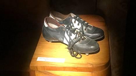Jalkapalloilijan kengät vuosimallia 1960.