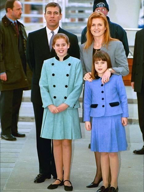 Andrew, Sarah, Beatrice ja Eugenie edustamassa perheenä vuonna 2000.