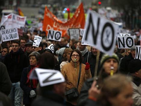 Madridissa osoitettiin maanantaina mieltä paikallishallinnon säästösuunnitelmia vastaan. Jo 27 prosenttia työikäisistä espanjalaisista on työttömänä.