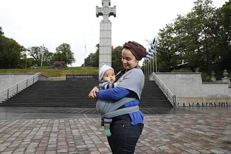 Poikaansa Idristä pitelevä Kristi Ockba on Viron tunnetuimpia muslimeita.