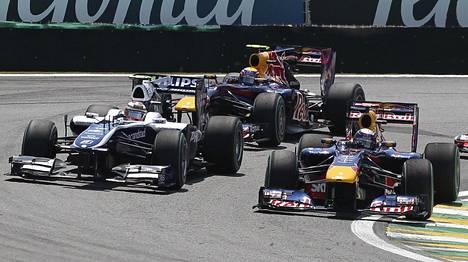 Vettel ja Hülkenberg taiston tuoksinassa vuonna 2010 Interlagosin radalla.