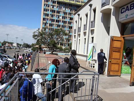 Zimbabwelaiset jonottivat vähiin käyviä dollareita torstaina pääkaupunki Hararessa