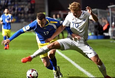 Suomi aloitti tämänkertaiset MM-karsinnat 1–1-kotitasapelillä Kosovoa vastaan. Kuvassa Joel Pohjanpalo (oik.) ja Albert Bunjaku taistelevat pallosta.