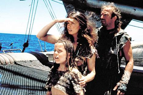 Waterworldissa juro sankarihahmo pelastaa pikkutyttö Enolan (Tina Majorino) ja hänen suojelijansa Helenin (Jeanne Tripplehorn) merirosvojen kynsistä. Tytön selkään on tatuoitu kartta salaperäiseen kuivamaahan.