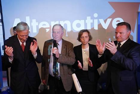 Alexander Gauland (toinen vasemmalla) lupaa, että AfD muuttaa Saksaa.
