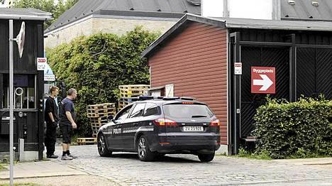 Poliisit vartioivat Kööpenhaminan eläintarhan sisäänkäyntiä keskiviikkoaamuna.