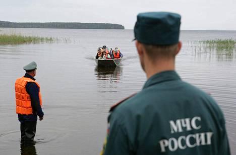 Tuhoisa turma tapahtui, kun 12–15-vuotiaiden moskovalaislasten kesäleirin ohjaajat veivät lapset huterilla veneillä kovaan myrskyyn.