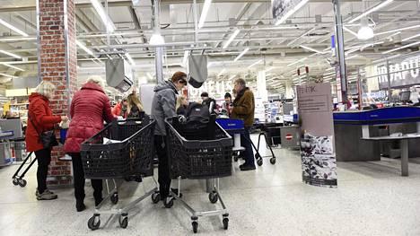 Asiakkaita Järvenpään K-Citymarketissa marraskuussa 2019.