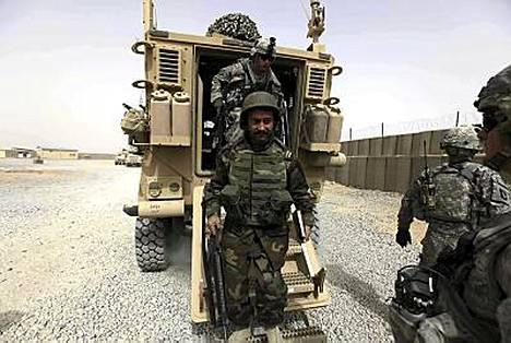 Afganistanilaiset ja amerikkalaiset sotilaat Kandaharissa.