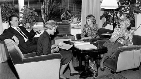Perhe muutti Helsingin Munkkiniemen ns. Apinalinnaan 1950-luvulla. Seudulla asui tuolloin paljon muitakin taiteilijaperheitä. Kuvassa Jalmari Rinne, tyttäret Katriina ja Marjatta sekä Ansa Ikonen istuvat olohuoneessa.