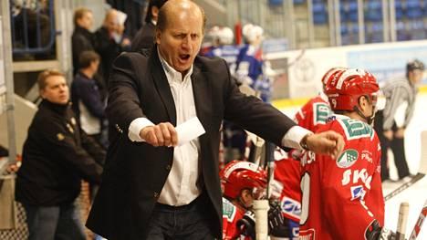 Juhani Tamminen leipäpaikallaan Vaasan Sportin penkin päässä vuonna 2009.