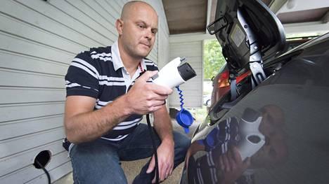 Tulevaisuus jo täällä! Vikke Hyvösellä on käytössään sähköauto Nissan Leaf.