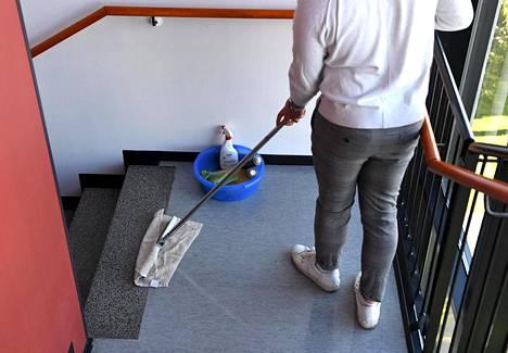 Esimerkiksi siivoushommiin voi edelleen päästä kesäksi.