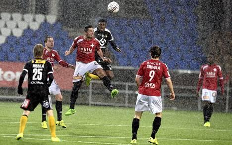 HIFK:n Xhevdet Gela ja KuPSin Gbolahan Salami taistelivat pallosta loppuun asti.