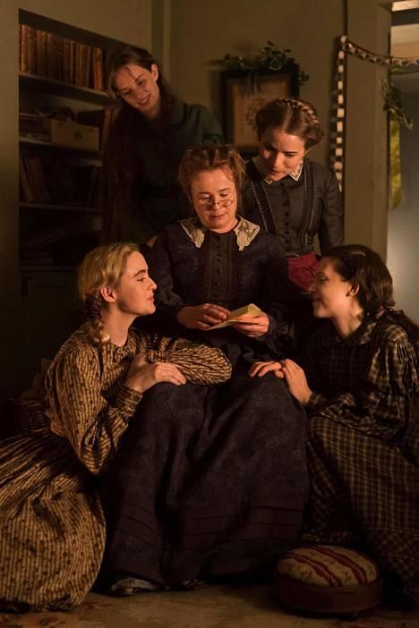 Pikku naisten BBC-sarjaversiossa Marmee-äitiä näyttelee Emily Watson. Ympärillä Amy (Kathryn Newton, vas.), Jo (Maya Hawke), Meg (Willa Fitzgerald) ja Beth (Annes Elwy, oik.).