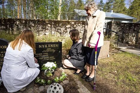 Matti Nykäsen äiti sekä sisarukset Tuija ja Päivi vierailivat keväällä miehen haudalla Jyväskylässä.