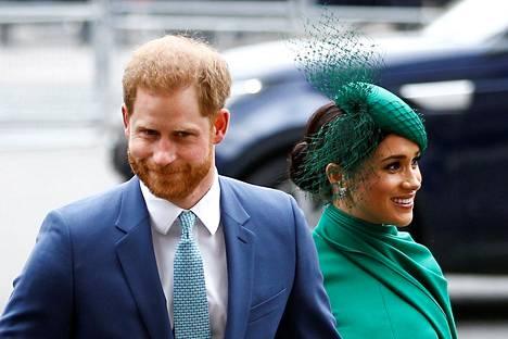 Harry ja Meghan vaikuttivat päällepäin rennoilta ja hyväntuulisilta saapuessaan Westminster Abbeyyn.