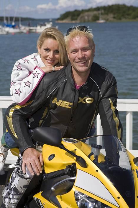 Kaksivärinen hiustyyli ei kuitenkaan kestänyt kauan. Loppukesällä 2008 Tauskilla oli jo kokovaalea tukka, kun hän poseerasi Virpin kanssa moottoripyörän selässä.