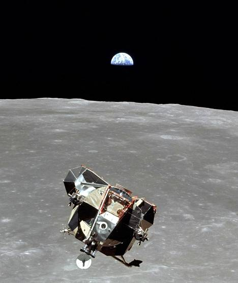 Kuu-huijaukseen uskovat ovat kiinnittäneet huomiota siihen, ettei Apollo 11 -kuvissa näy tähtiä. Astronautit menivät Kuuhun kuvaamaan Kuuta, eivät tähtiä.