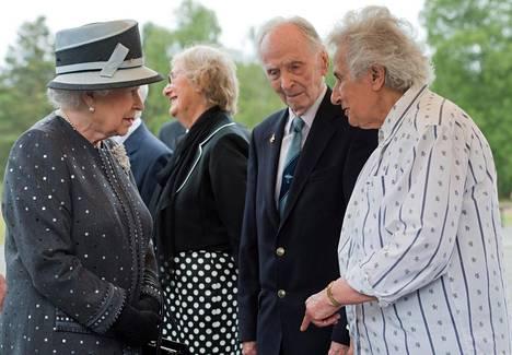 Eric Brown (toinen oikealta) osallistui Bergen-Belsenin keskitysleirin vapautuksen muistojuhlaan vuonna 2015. Paikalla oli myös kuningatar Elisabet (kuvassa vasemmalla).