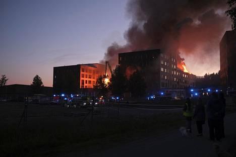 Palo levisi rakennuksen siiven kautta toiseenkin kerrostaloon.