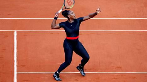 """Serena Williams aiheutti kohun vartalonmyötäisellä asullaan – suomalaislääkäri tukee tennistähteä: """"Siinä on järkeä"""""""