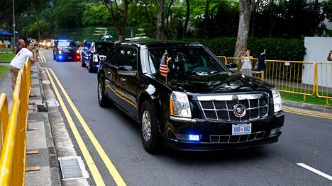 Donald Trumpin autosaattue matkalla kohti kokouspaikkaa.