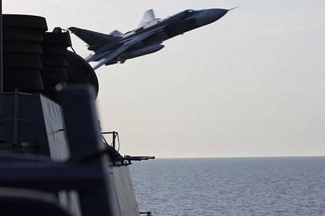 Uhittelua Itämerellä: Venäjän Suhoi Su-24 -taistelukone lensi läheltä Yhdysvaltojen merivoimien ohjusristeilijä Donald Cookin ohi 12. huhtikuuta 2016.