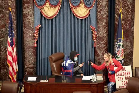 Tähän kuvaan sisältyi valtava symbolinen lataus: mielenosoittaja valtasi istuntosalissa puhemiehen tuolin.