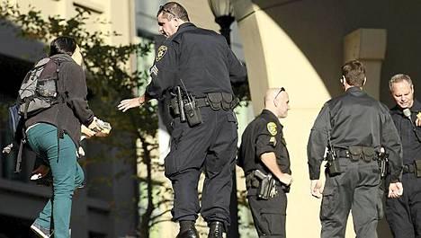Poliisit eristivät Berkeleyn yliopiston alaisen Haas School of Business -kauppakorkeakoulun tilat ampumavälikohtauksen jälkeen.