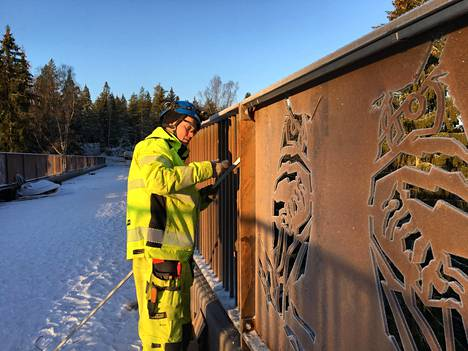 Kuusijärven silta on viimeistä silausta vaille valmis. Tapani Räisänen asentaa sillalle led-valoja.
