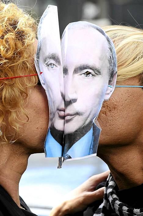 Suutelumielenosoituksessa Venäjän suurlähetystön edessä Pariisissa puolustettiin seksuaalivähemmistöjen oikeuksia Venäjällä. Huoli Venäjän ns. homolain vaikutuksista ensi talvena Sotshissa järjestettäviin olympialaisiin levisi myös olympialaisten sponsoreihin. Kansainvälisen olympiakomitean KOK:n markkinointipäällikkö Gerhard Heiberg kertoi, että useammat olympiasponsorit ovat kyselleet laista. – Erityisesti amerikkalaiset sponsorit ovat peloissaan. Tämä voi tuhota paljon, Heiberg sanoi Sotshin järjestelyjen etenemistä esitelleessä tilaisuudessa. Laki on tulkittu seksuaalivähemmistöjä syrjiväksi. KOK on kertonut saaneensa Venäjältä kirjalliset takeet siitä, ettei laki vaikuta olympialaisiin osallistuviin tai olympiayleisöön.