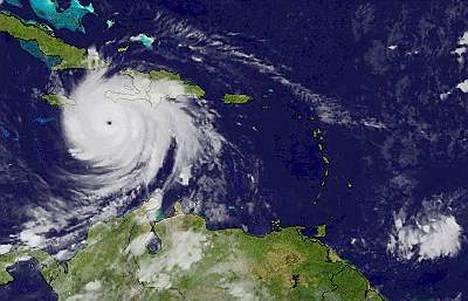 Jamaikaa lähestyvä Dean on voimistumassa viidennen asteen hurrikaaniksi.