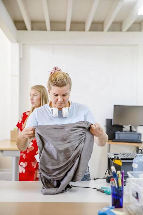 Sisäänostaja Sonja Uotila tutkii myyntiin lähetettyä jakkua. Läpi meni!