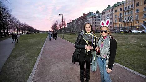 Auringon punertaessa taivasta kertoivat 18-vuotiaat Janina ja Milla olevansa matkalla Kaivopuistoon.
