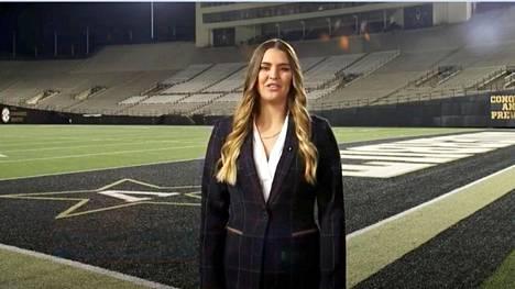 Amerikkalaisen jalkapallon pelaaja Sarah Fuller oli mukana lähetyksessä pelikentän laidalta.