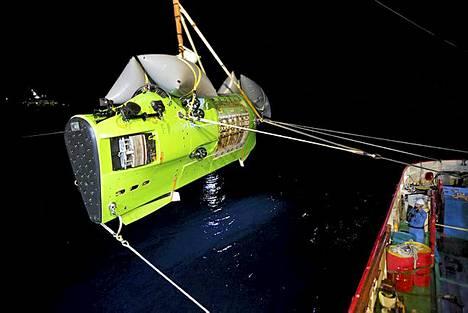 Deepsea Challenger -sukellusalus laskettiin mereen Mermaid Sapphire -tukialukselta.