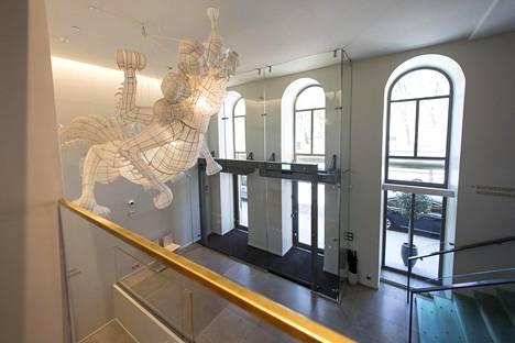 Hotellin aulassa on kiinalaisen Ai Weiwein teos Tianwu.